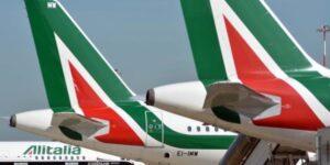 Alitalia, addio caffè, snack e salviettine: solo acqua a bordo