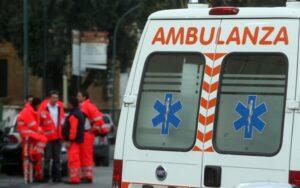 Roma, ferma auto in mezzo alla strada: donna partorisce sul marciapiede con aiuto del carabiniere