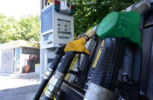 Pieno al benzinaio con carte clonate: polizia scopre cisterna da mille litri nel furgone