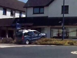 YOUTUBE Auto taglia la strada, sbanda e finisce nella vetrina di un negozio