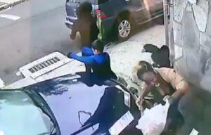 Donna si getta davanti auto impazzita e salva bambino