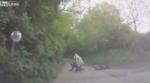 YOUTUBE Soccorre un motociclista dopo l'incidente ma dimentica il freno a mano...
