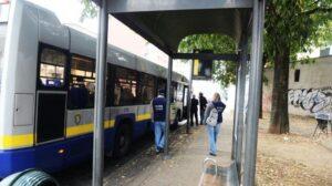 Chieri, distrugge la fermata dopo aver perso il bus: denunciato