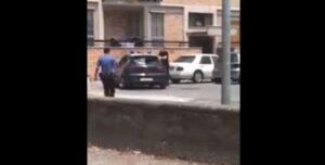YOUTUBE Uomo spacca auto dei carabinieri a Torre Annunziata: loro non reagiscono