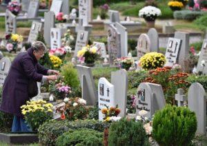 Cimitero, dal primo giugno vietato portare piante e fiori freschi sulla tomba