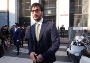 """Fabrizio Corona in tribunale urla: """"Vergogna, voglio giustizia"""". Allontanato"""