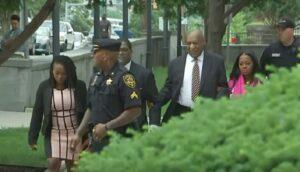 """Bill Cosby, al via il processo: l'attore arriva con Rudy de """"I Robinson"""""""