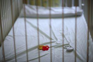 Neonati abbandonati, madri assassine: la solitudine della maternità