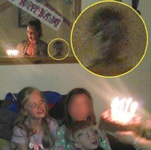 """""""Bimbo fantasma nello specchio"""": misteriosa foto dal Regno Unito"""