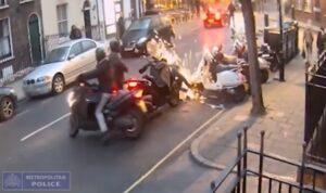 YOUTUBE Rubano scooter in pieno giorno a Londra e scappano: polizia diffonde video