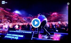 Francesco Gabbani (senza scimmia) cade sul palco dei WMA VIDEO