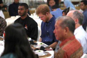 YOUTUBE Principe Harry festeggia la fine del Ramadan con i musulmani. Criticato
