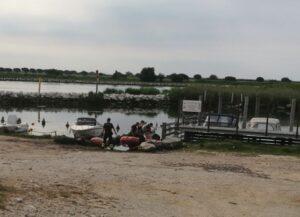 Porto Nogaro, cade dalla barca e annega: muore impigliato nelle reti da pesca
