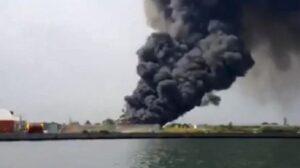 Marghera, incendio in capannone rifiuti Veritas: colonna di fumo nero in cielo, 2 intossicati