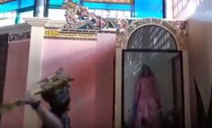 YOUTUBE Isis distrugge simboli cristiani in una chiesa a Marawi, nelle Filippine