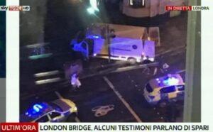 """Attentato Londra, primi racconti dell'orrore: """"Tre terroristi infierivano contro una donna"""""""