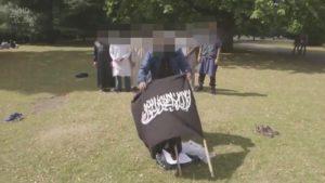 """Londra, uno degli attentatori in un documentario Bbc sull'Isis, """"Il terrorista della porta accanto"""""""