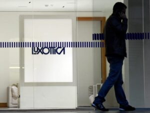 Luxottica premia i dipendenti: se hai lavorato il sabato 2500 euro in più