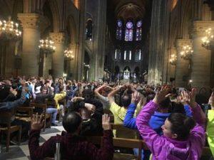 Notre Dame, i 900 ostaggi del terrorista Farid Ikken con le mani in alto VIDEO