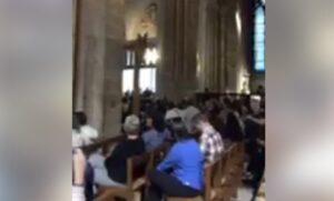 Parigi, uomo con coltello e martello: visitatori bloccati dentro Notre Dame