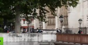 YOUTUBE Gente scappa da Notre-Dame dopo gli spari