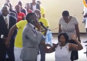 """YOUTUBE """"Chiamo Dio con il cellulare"""": bizzarra predica di un pastore africano"""