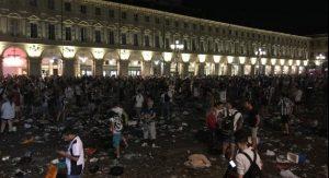 Maledizione Juventus? Ma Piazza San Carlo è quasi una comica: scalzi, sui cocci...
