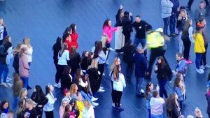 YOUTUBE Poliziotto balla con i bambini al concerto One Love Manchester, ma qualcuno...