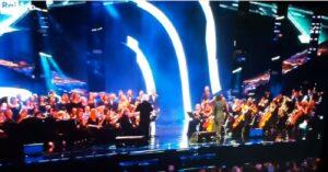 Renato Zero inciampa sul palco dei Wind Music Awards