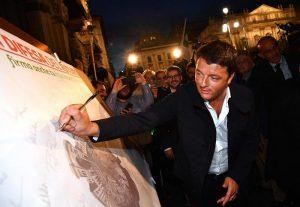 Matteo Renzi contestato a Milano alla fiaccolata per l'accordo sul clima