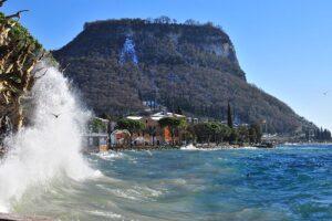 Rocca di Garda, si sporge dalla rupe per una foto: turista precipita e muore