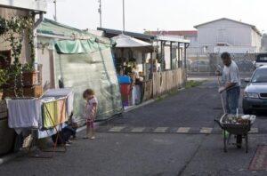 Roma, piano Raggi per i rom: bonus affitto e aiuti per le bollette