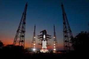 India lancia il pesante satellite: iniziata la sua corsa allo spazio