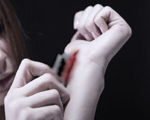 """Ghedi, a 15 anni in diretta su Instagram: """"Vi faccio vedere come mi taglio le vene"""""""