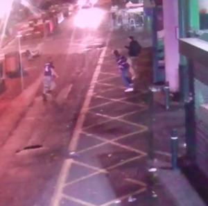 Attentato Londra, nuovo VIDEO: ragazzo viene accoltellato a Borough Market