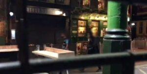 YOUTUBE Terroristi fuori dal pub prima dell'accoltellamento a Londra