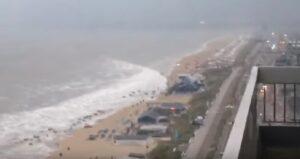 YOUTUBE Mini tsunami travolge spiaggia olandese: è un'onda anomala di 2 metri