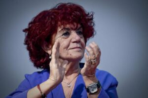 Valeria Fedeli dà a tutte le scuole la lettera di Don Milani