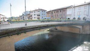 Vicenza, giovane studentessa a cavalcioni sul ponte. Paracadutisti Usa la salvano